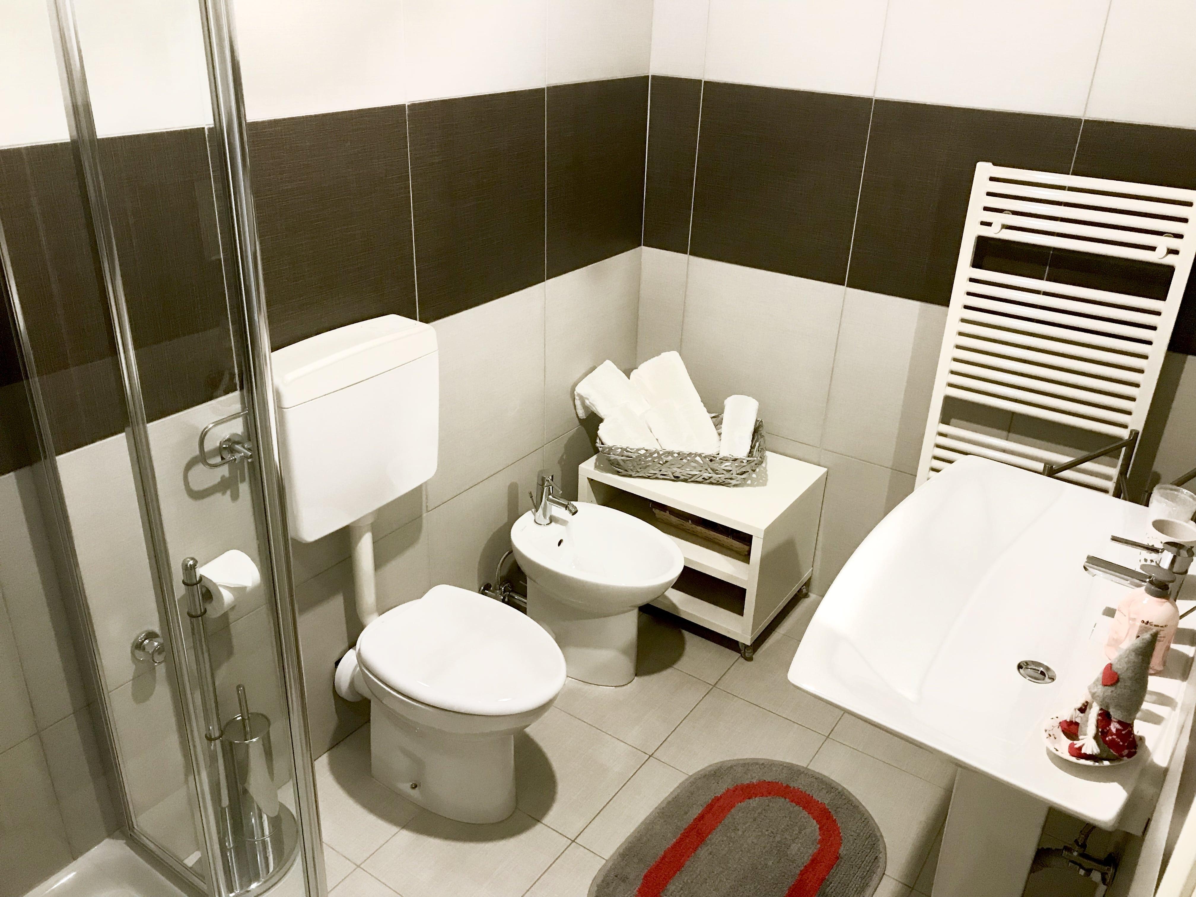 bagno stanza rossa matrimoniale